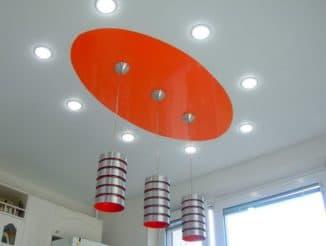 Натяжной потолок с люстрами и точечными светильниками