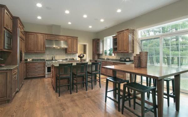 Интерьер кухни с накладными лампами