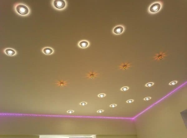 Точечные светильники украшают потолки различного типа
