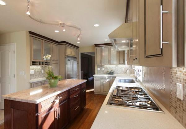 Кухня с светильниками-софитами