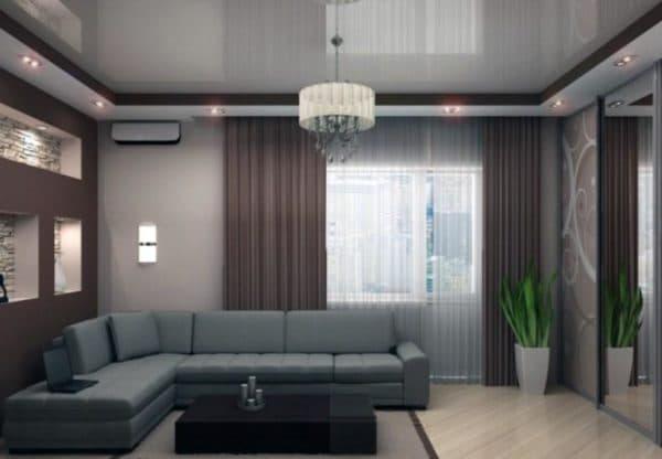 Вариант освещения гостиной с помощью люстры и точечных светильников