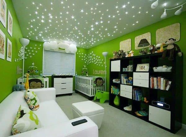 Точечные светильника на потолке в детской комнате