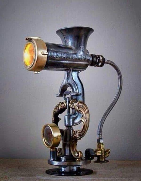 Настольная лампа в стиле стимпанк из ручной мясорубки