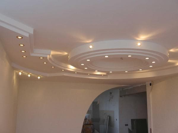 Потолок из гипсокартона с точечными осветительными приборами