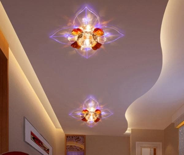 Разноцветные потолочные светильники в прихожей