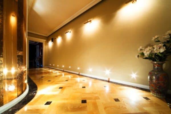 Бра и точечные свтильники на стене в коридоре