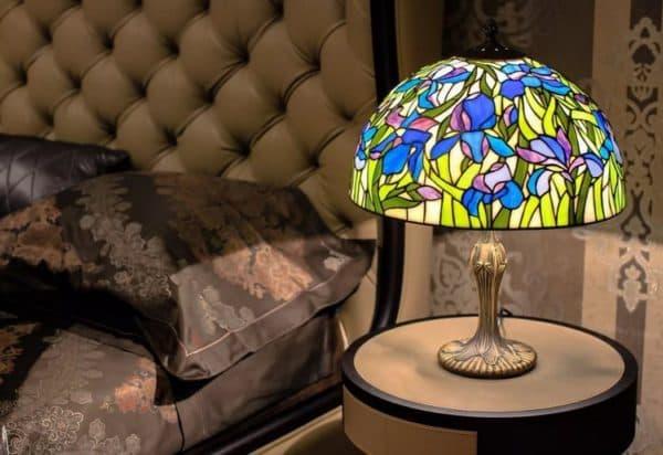 Настольная лампа в стиле тиффани в спальне